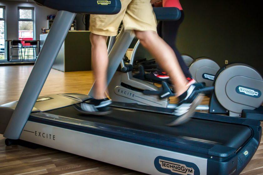 Hier sieht man eine Person, die auf einem Laufband trainiert.