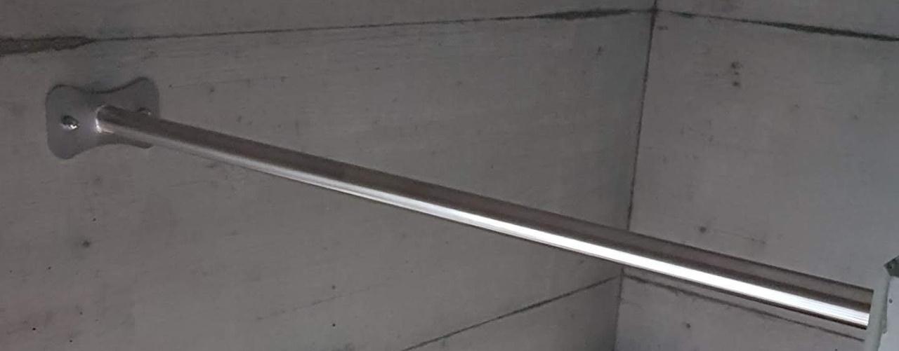 Eine Stange, die als Klimmzugstange für das Klimmzugtraining genutzt werden kann.