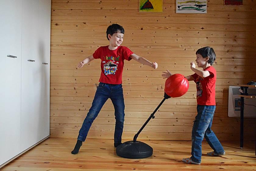 Zwei Kinder spielen zusammen am Punchingball und trainieren dabei ihre Koordination.