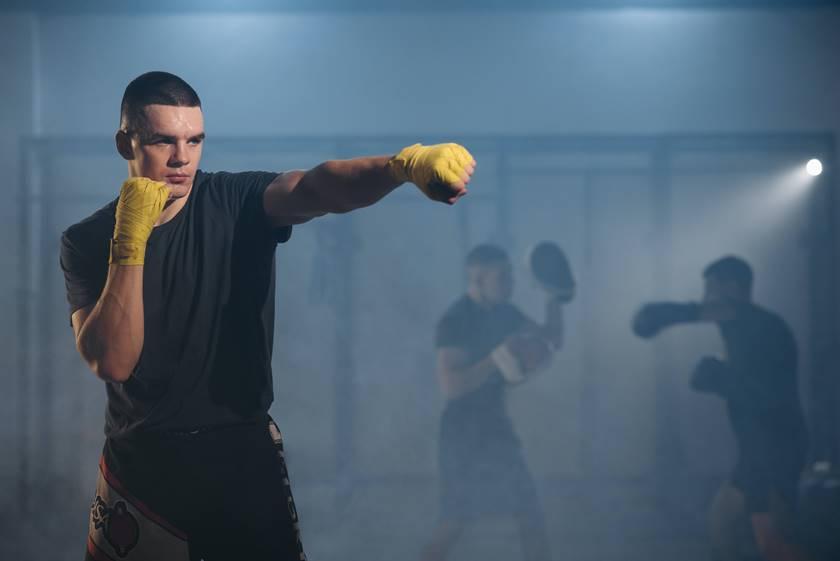 Ein Boxer trainiert den Jab, eine Schlagtechnik beim Boxen.